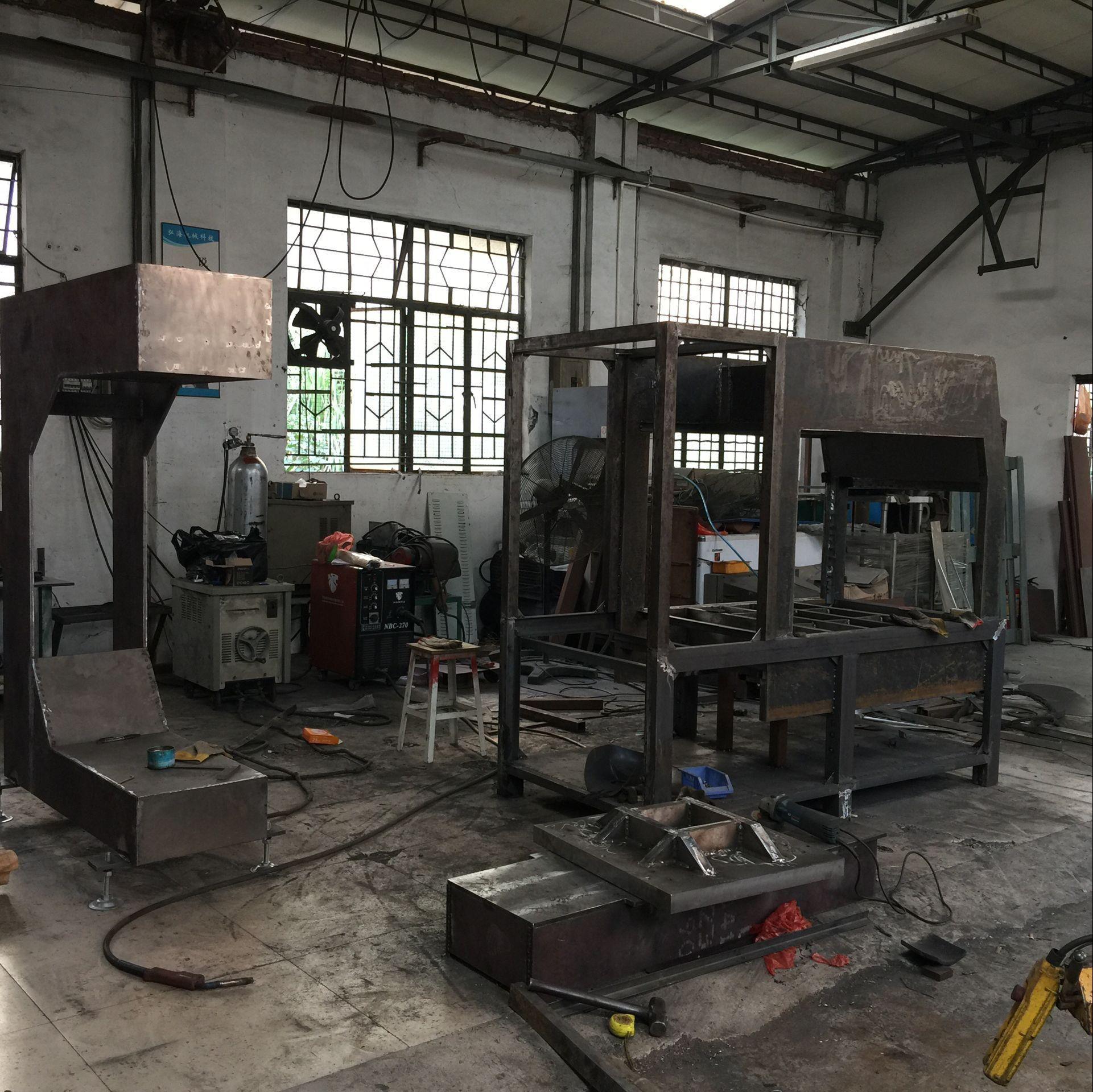 自主焊接机架(采用20mm厚度的A3钢板,构架稳固)  车床铣床各种机加工(法兰、导杆导套、模具等)  生产组装(配件均采用国内外知名品牌)   生产完成   弘海生产的机器每一步都是按照高标准的工艺去完成,工人做事认真、精益求精以达到高质量的产品。 更快、更高、更远是弘海人永远追求的目标,欢迎各大厂商莅临我司参观指导。